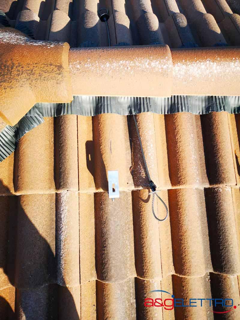 Dettaglio di supporto in alluminio a tegole risistemate installazione Fotovoltaico | A&G Elettro