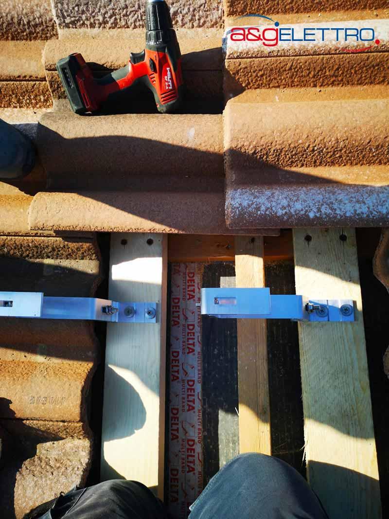 Fissaggio dei supporti in alluminio sulla struttura in legno creata ad hoc installazione impianto Fotovoltaico | A&G Elettro