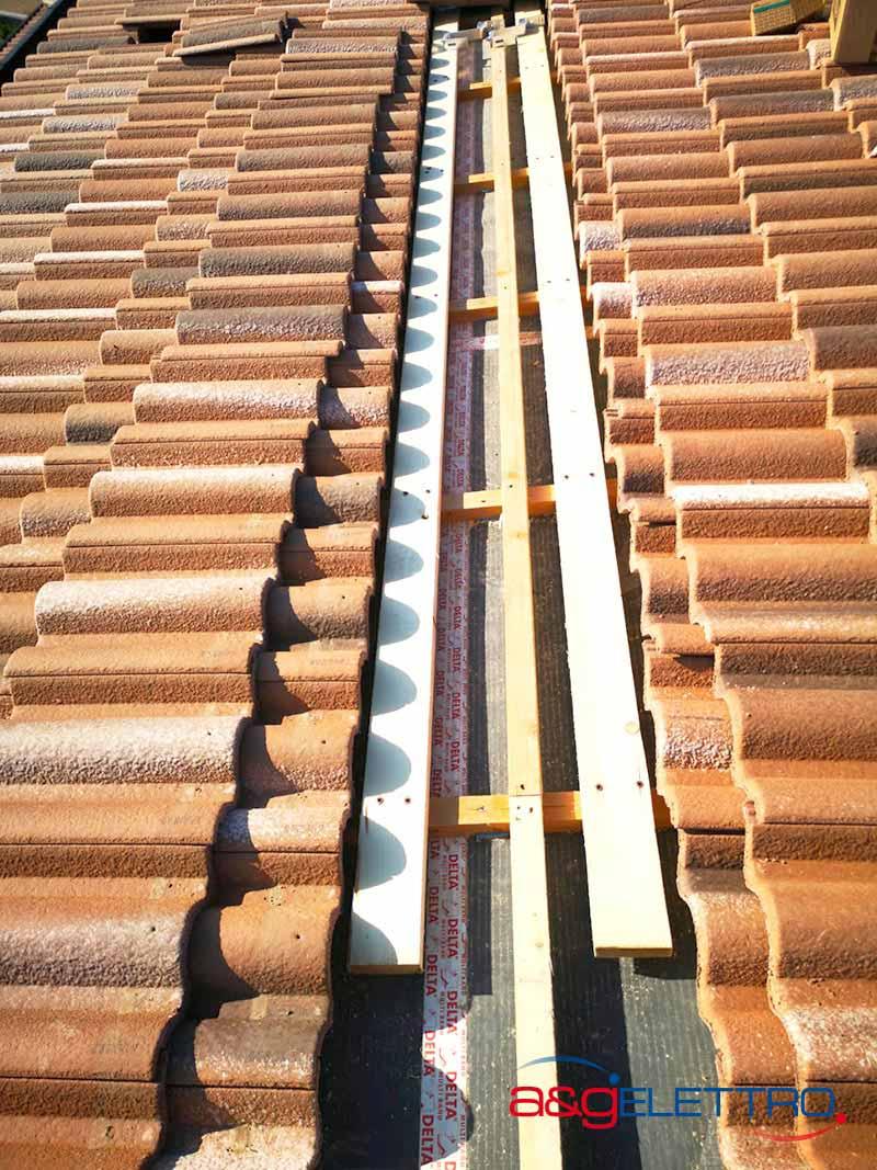 Fissaggio supporti in legno sulle tegole installazione impianto Fotovoltaico | A&G Elettro