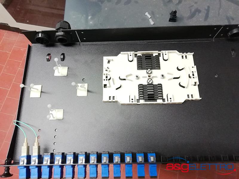 Preparazione del cassetto ottico con l'installazione del vassoio porta giunti, l'installazione delle bussole e la posa di pigtail | A&G Elettro